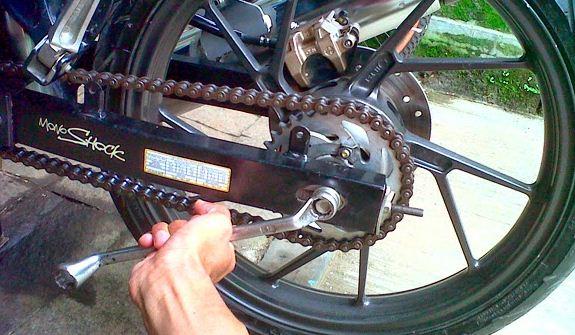 Simak, Cara Mengencangkan Rantai Motor